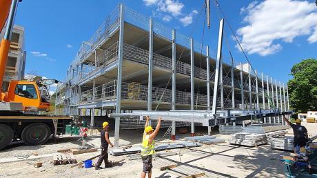 Der polnische Montagetrupp hebt die letzten Bauteile auf das Parkdeck am Neuburger Hallenbad.