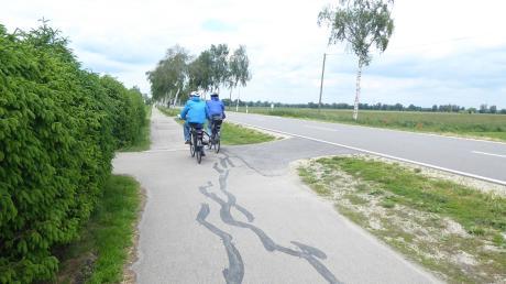 Am Friedhof Untermaxfeld ähnelt der Radweg einer Buckelpiste, wie oft moniert wird. Nun soll der Weg saniert werden.