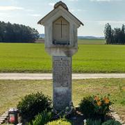 Dieses Grab erinnert an den nach wie vor nicht aufgeklärten Sechsfach-Mord in Hinterkaifeck.