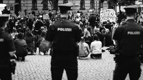 Beeindruckendster Moment der Demonstration gegen Rassismus in der Gesellschaft in Ingolstadt: acht Minuten und 46 Sekunden verharrten die etwa 500 Teilnehmer knieend und schweigend.