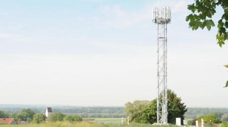 Der neue Funkmast bei Bertoldsheim ist rund 20 Meter hoch und versorgt den westlichen Teil der Großgemeinde Rennertshofen. Sein Umfeld soll noch mit Büschen begrünt werden.