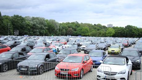 Ein Volksfestplatz voller Autos und jede Menge Hupen. Ein ganz anderes Konzertambiente kann man diese Woche noch in Ingolstadt erleben.