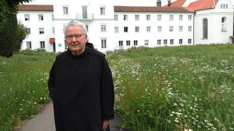 Die Margeriten müssen stehen bleiben, das hat Prior Donatus Wiedenmann für den Klostergarten angeordnet.