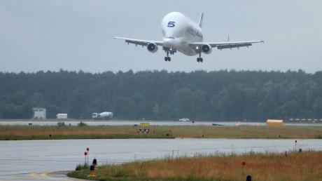 Um 11.45 Uhr schwebte der Airbus Beluga Nummer 5 auf die Landebahn in Manching ein.