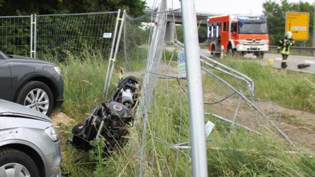 Ohne fremdes Verschulden kam der Motorradfahrer aus Neuburg von der Fahrbahn ab und krachte in einen Zaun.
