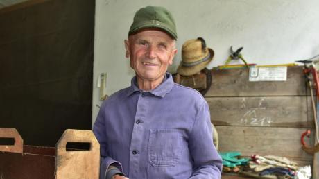 Hans Schütz hat nach 57 Jahren als Feldgeschworener die von der Gemeinde Karlshuld zur Verfügung gestellten Materialien zurückgegeben. Geblieben sind ihm Erinnerungsstücke aus seiner Anfangszeit wie dieses Eisen- und Tonrohr.