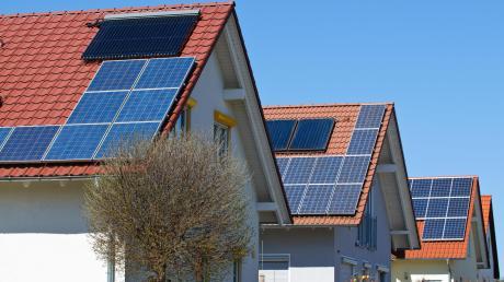 Wie können Hauseigentümer mit einer PV-Anlage auf dem Dach ihren Strom direkt an Kunden vermarkten? Eine Gruppe von Energieanbietern erforscht zusammen mit der TU München, wie eine regionale Stromhandelsplattform funktionieren kann.