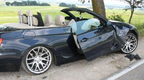 Die Beifahrerin des BMW wurde schwer verletzt und musste ins Krankenhaus nach Augsburg gebracht werden.