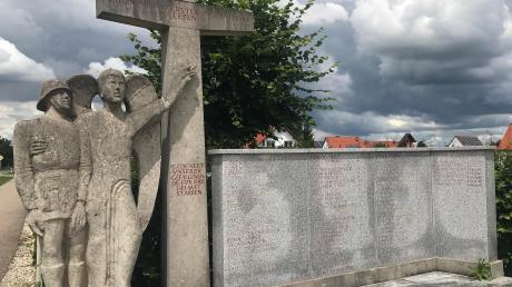 Nur noch in Teilen lesbar sind die Namen am Kriegerdenkmal in Klingsmoos. Mit Renovierungsarbeiten wird nun Abhilfe geschaffen.