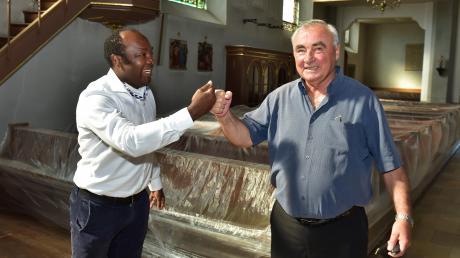 Überraschungsbesuch: Pfarrer Paul Igbo (links) freute sich, seinen Vorgänger Pero Ljubicic zu treffen, der sich derzeit in Bayern aufhält und seiner alten Wirkungsstätte St. Ludwig Karlshuld einen kurzen Besuch abstattete.