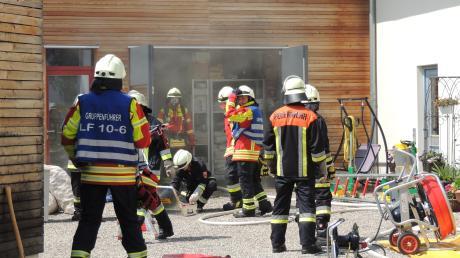 Feuerwehrleute aus Illdorf, Burgheim und Sinning rückten in die Schreinerei an.