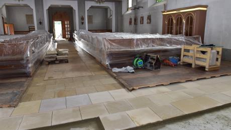 So sah es vor einer Woche in St. Ludwig noch aus, als der Steinmetz den Boden vor dem Chorraum ergänzte.