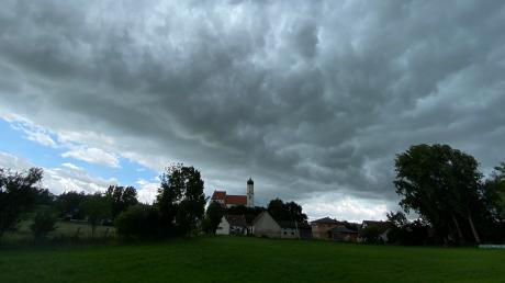 Dunkle Wolken ziehen über die Kirchen im Landkreis wie hier über die Burgheimer Pfarrkirche St. Cosmas und Damian.