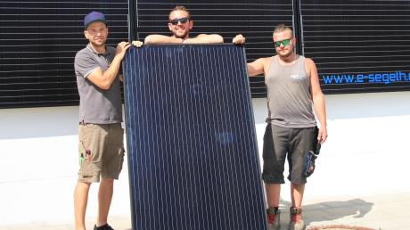 Michael Segeth (links) installiert mit seinen Mitarbeitern Photovoltaikanlagen und alles was dazugehört. Seine Handwerker sind mit ihrem Arbeitgeber sehr zufrieden. Bewerbungen bekommt Segeth trotzdem kaum.