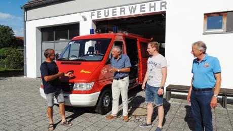 Das Feldkirchener Feuerwehrfahrzeug hat seinen Dienst getan. Robert Reichart (links) und Vorsitzender Paul Pettmesser (rechts) erläutern Fritz Goschenhofer die Funktionen.