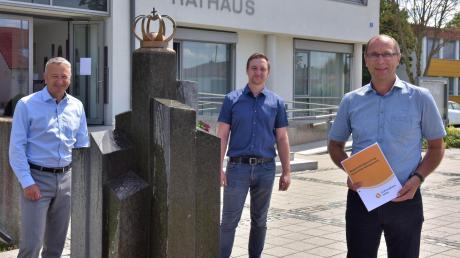Uwe Sommer (v.l.), Prokurist der Schwaben Netz GmbH, zweiter Bürgermeister Marco Stemmer und Bürgermeister Heiner Seißler