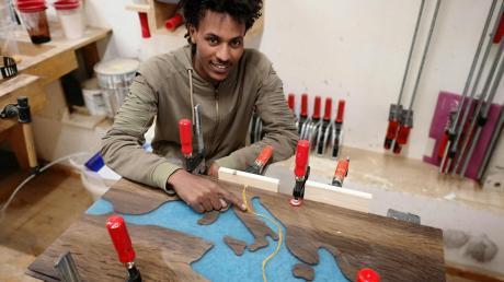 Ermias Grmay arbeitet derzeit an seinem Gesellenstück, einem Couchtisch. Darauf ist sein Fluchtweg von Afrika nach Europa zu sehen.