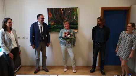 Abstand zur Schule hat jetzt Ursula Kusche (Mitte), die 39 Jahre lang Lehrerin in Oberhausen war. Verabschiedet wurde sie von (v.l.) Schulleiterin Karin Wunderlich, Bürgermeister Fridolin Gößl und den Vertretern des Elternbeirats Tobias Zacharias und Sibylle Portune.