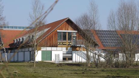 Im Haus im Moos in Kleinhohenried siedelt sich ein Moorinstitut an. Die Mitarbeiter bekommen ihre Arbeitsplätze im Dachgeschoss. Die Umbauten muss die Stiftung bezahlen.