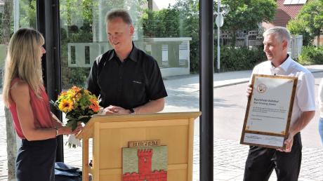 Dank und Anerkennung für Projektleiterin Monika Basener. Bürgermeister Michael Böhm und sein Stellvertreter Andreas Flath (rechts) überreichten eine Urkunde und einen Blumenstrauß.