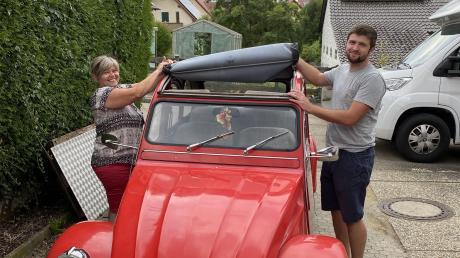 Manuela Schinagl (links) und Sohn Florian fahren die rote Club-Ente aus dem Jahr 1989.