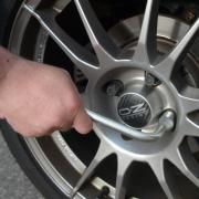 In letzter Zeit haben ungewöhnlich viele Fahrer gelockerte Radmuttern an ihren Autos bemerkt.
