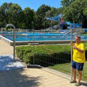 Mit Bauzäunen reguliert Schichtleiter Jürgen Herrmann gemeinsam mit seinen Kollegen die Zahl der Badegäste im Nichtschwimmerbecken.