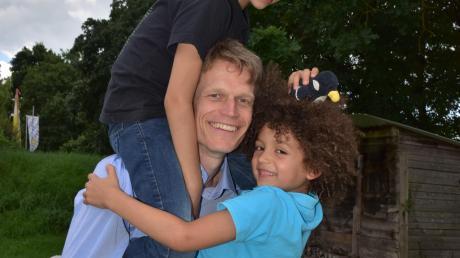 Sven Voelpel mit seinen beiden Söhnen Leonardo (l.) und Alexander.