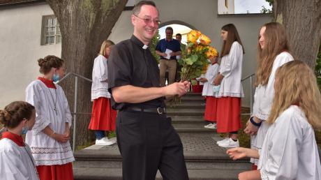 Die Bergheimer Ministranten standen Spalier für Pfarrer Michael Sauer und überreichten ihm Rosen zum Abschied.