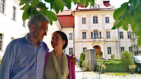 Josef Graf Du Moulin Eckart und seine Frau Erina vor dem Südflügel des Schlosses. Dieser wird ungenutzt bleiben. Das Paar wird den Ostflügel (linker Hand) bewohnen. Im Westflügel, der derzeit noch saniert wird, soll einmal das Privatmuseum für außereuropäische Kunst eingerichtet werden.