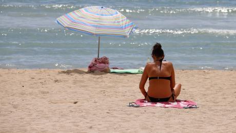 Die Urlaubszeit lässt die Corona-Fallzahlen wieder in die Höhe schnellen.