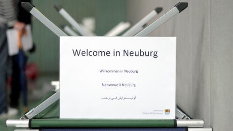 """Willkommen in Neuburg, hieß es am 18. Juni 2015 für 100 Asylbewerber. Sie wurden von München aus nach Neuburg ist das sogenannte """"Erstaufnahmelager"""" gebracht, das in der Turnhalle des Descartes-Gymnasiums aufgeschlagen worden war. Von dort aus ging es für viele von ihnen weiter in die Gemeinden."""