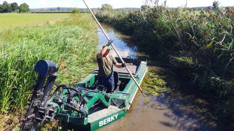 Mit Motorbooten und Messern mäht die Flussmeisterei die Wasserpflanzen in der Kleinen Paar bei Burgheim.
