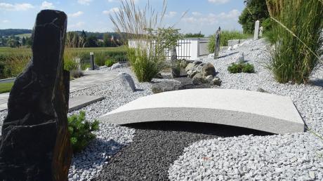 Steingärten sind in den letzten Jahren in Mode gekommen. Einmal angelegt, benötigen sie quasi keine Pflege mehr. Unter Naturfreunden sind solche Gärten allerdings verpönt.