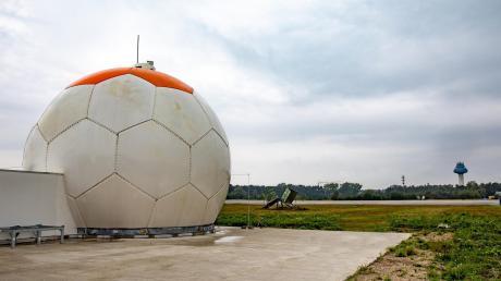 Das neu installierte Präzisionsanflugradar auf dem Flughafen der Wehrtechnischen Dienststelle in Manching.