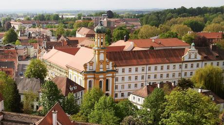 """Das Neuburger Studienseminar bleibt außen unverändert, neben dem Dach wird bald auch die Fassade """"strahlen""""."""