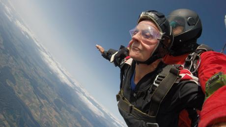 Hoch konzentriert und auch ein bisschen geschockt war Skov, als sie mit 180 Stundenkilometern gen Boden rast. Erst als der Fallschirm aufging und sie minutenlang dahinschwebten, konnte sie wieder lächeln.