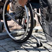 Einer Frau ist in Nördlingen der Rollstuhl gestohlen worden.