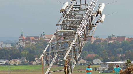 Ein Autokran zieht einen  Mobilfunkmast nach oben. Wenn es nach CDU und CSU im Bundestag geht, soll es bald mehr solche Bilder geben.
