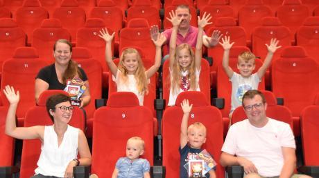 Die Sommerstars der Neuburger Rundschau freuen sich über ihre gewonnenen Gutscheine. Kinobetreiber Roland Harsch spendierte die Freikarten.