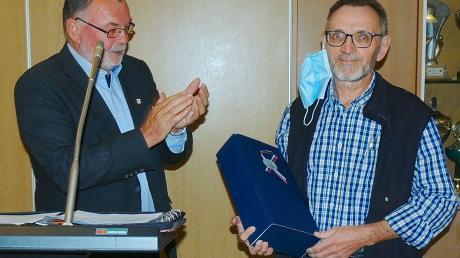Bürgermeister Peter Segeth bedankt sich bei Eduard Lunzner (rechts) für den Einsatz in der Kommunalpolitik.