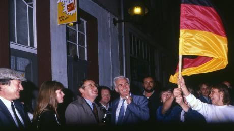 In der Nacht zum 3. Oktober 1990 feierten die Landräte Richard Keßler und Walter Peter (Mitte) die Deutsche Einheit in Pößneck.