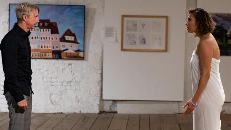 Zanken sich vor farbenfreudigen Gemälden: Claire (Amelie Bauer) und Arthur (Martin Müller).