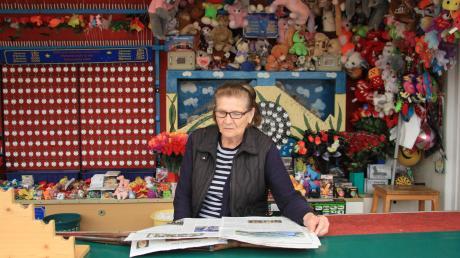 Rosa Schwer hat nur an den Werktagen manchmal vormittags Zeit zum Zeitunglesen. Ansonsten ist ihre Schießbude gut besucht.