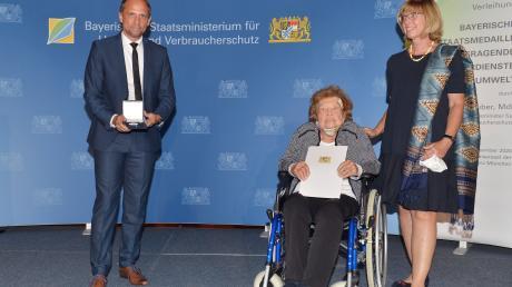 Staatsminister Thorsten Glauber überreichte die Umwelt-Staatsmedaille 2020 an Dr. Pauline Abt.