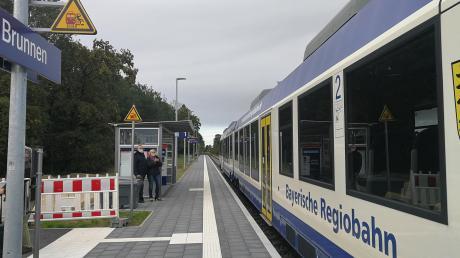Die Bayerische Regiobahn pendelt zwischen Ingolstadt und Augsburg. Sie hält an der Haunstetter Straße in Augsburg, in Augsburg-Hochzoll, in Friedberg, Dasing, Obergriesbach, Aichach, Radelsdorf, Schrobenhausen – und seit Montag auch in Brunnen.