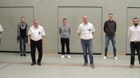 Der neue Vorstand des SV Karlshuld: Hartmut Schier (v.l.), Meike Hausmann, Otmar Regenold, Moritz Braun, Vorsitzender Oliver Hausmann, Moritz Knöferl, Marco Gieselberg und Adolf Eichlinger.