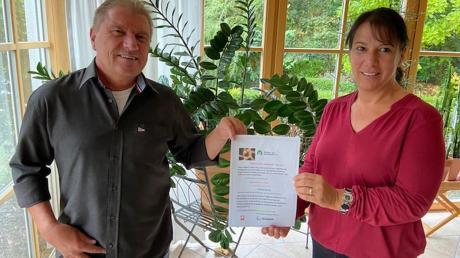 Ihren Flyer zeigen Margit Kugler und Roland Weigl mit Corona-Abstand.