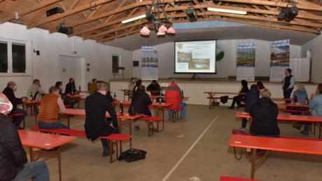 Mit Platzkarten und Abstand saßen die 22 Teilnehmer der Bürgerversammlung gut verteilt in der kalten Bergheimer Dorfhalle.