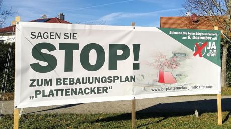 Mit Bannern werben Gegner des Vorhabens am Plattenacker für ihre Position.